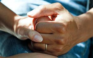 Två händer som håller varandra